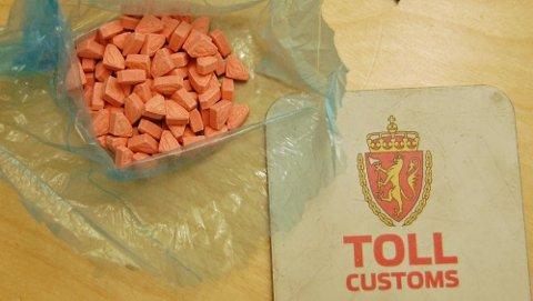 SVÆRT GIFTIGE: Pillene er svært giftige, rosa i fargen, de er trekantede eller runde i formen, og de er alle prydet med Supermann-logo.