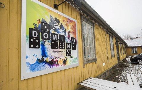 Politikerne krever at Domino åpner innen utgangen av februar.