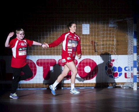 Topp og bredde: Marte Haugsten på HKHs A-lag løper på banen til kampen mot Larvik med en av kampens maskoter.foto: david engmo