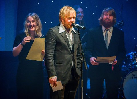 Halvor Næss Diesen takker for Æresprisen i Kultur som han og sine tre familiemedlemmer fikk på Haldengallaen lørdag kveld. Foto: Stein Johnsen
