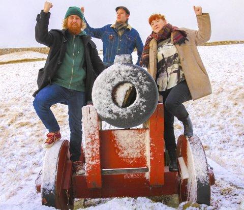 VELKOMMEN! Fra venstre: Henrik Diesen, Jørgen Nilsen og Vilde Varg Kjeholt gleder seg til den tredje utgaven av Kanonrock 10. og 11. juli. Forhåpentligvis har snøen da forsvunnet. Foto: Arfan Baomidehaq