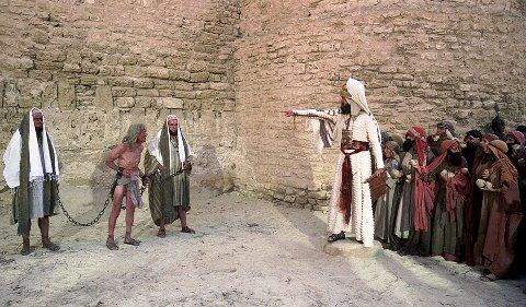 BLASFEMI: Stening av en vantro, der yppersteprest John Cleese forsøker å holde styr på en forsamling av kvinner med løsskjegg. Foto fra filmen «Life of Brian».