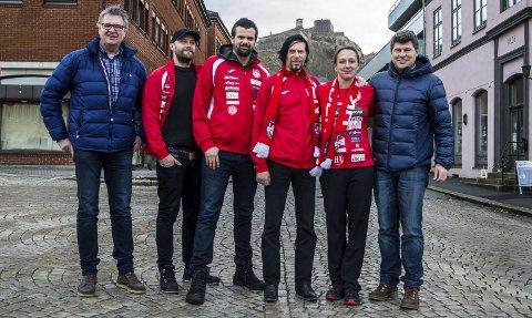 – gleder oss: HK Halden leder Hans Eriksen (F.V. ), Mads Martinsen, Jarle Kvåle, Tons of Rock festivalsjef Svein Bjørge, Hanne Frandsen og Jens Petter Berget. FOTO: Sara helen engmo