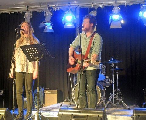IMPONERTE: Karoline Stenberg Henriksen og Håvard Dahle imponerte med vakkert gitarspill og nydelig sang.