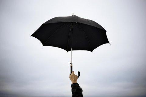 SIKKERT TIPS: Meteorologen anbefaler å ta med paraply dersom man skal være utendørs første del av 17. mai.