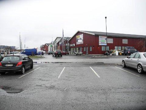 STOR UTVIKLING: På en onsdag ettermiddag er det i januar 2015 ledige p-plasser, men om ett år kan bli trangere om plass til bilen ved Høvleriet og Tista-senter. På cirka tusen p-plasser vil kunder bli prioritert foran ansatte.