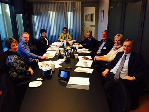 I JERNBANEMØTE: Rådmann Gudrun Haabeth Grindaker sitter her til venstre sammen med økonomisjef Roar Vevelstad. På høyresiden av bordet sitter Jan Erik Erichsen i midten til venstre for damen med hvit genser. Resten er representater fra Jernbaneverket.