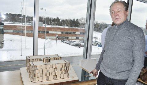 TREHUS: Ola Roald er arkitekt for utbyggingen på Tyska. han tar avstand fra betegnelsen «betongklosser». - Husene får fasader av tre og gjenspeiler at Halden er en treby. Litt utenfor sentrum må det være lov å tenke litt nytt, sier han.