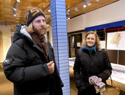 IMPONERTE: Nils-Odd Solberg og Hege Meidell Sande syns forslaget til ny sentrumsskole fra SG Arkitekter er best. – Taket på idrettshallen blir Haldens svar på Bjørvikas operatak, sier Solberg.