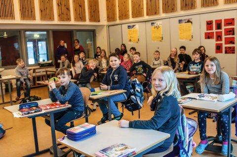 Siden i august i fjor har klasse 4A slitt med kaldt klasserom og dårlig luft. – Nå har det endelig blitt bedre, sier elevene.