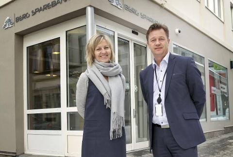 FORNØYDE: Markedssjef Anette Fosse Henning og banksjef Jørn Berg er for øyeblikket den banken i Halden med den laveste boliglånsrenta.Foto: Morten Ulekleiv