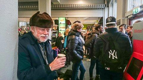 "UFLAKS: Bjørn Ramstad ble ""kidnappet"" av toget da han skulle hjelpe en dame og bære bagasjen hennes inn på toget i Halden. Toget gikk, og Bjørm måtte sitte på til Sarpsborg."