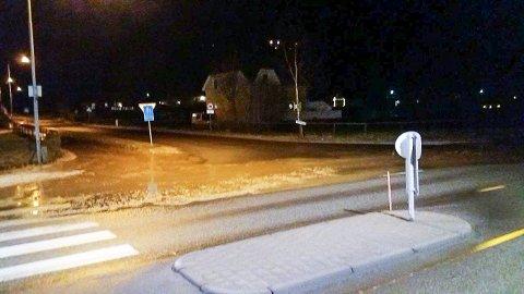 VÅTT: Vannlekkasje på Sommero. Vannet rant i strie strømmer fra Bygdeborgveien og ned mot Risum.
