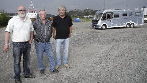 Her, ytterst på Mølen, kjemper Karsten Svendsen (t.v.), Ted Carlsen og Tom Engebretsen for parkeringsplasser for bobiler. Arkiv