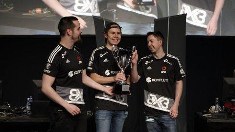 NORGE BESTE: Jørgen W. Olsen (i midten) sammen med lagkameratene sine på SpillExpo i Lillestrøm.