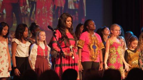 FARGESPILL: Fra venstre: Cilene Mohammad Hamarnah, Dorcas Illunga, Ella Henriksen, Liv-Karin Cihiluka, Laetitia Nsengiyumva, Linn Merethe Orud, India Amilia Haavaldsen.