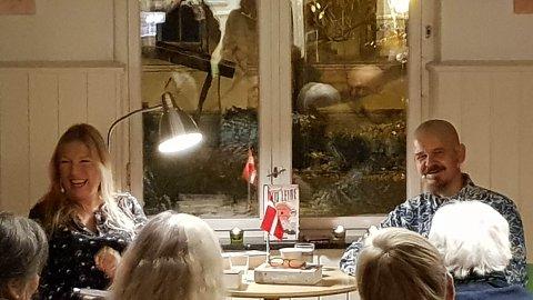 FORFATTERTIME: Kim Leine (t.h) delte sine erfaringer med de omlag hundre besøkende på Halden Bibliotek, mandags kveld.