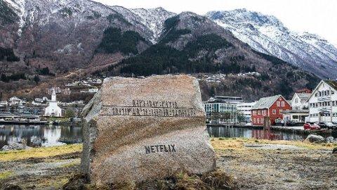 STEIN FRA HALDEN: Netflix kjøpte stein fra Skriverøya i Halden til deres stunt i Odda.