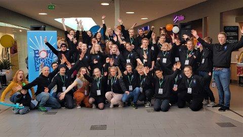 FESTIVALKLARE: Et titalls elever fra Halden videregående skole avdeling Risum reklamerte for festivalen Bomkræsjbang på Tista Senter lørdag.