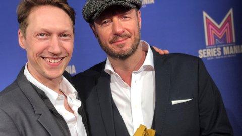 FORNØYD: Haldenser Øystein Karlsen (th), her sammen med skuespiller Simon Berger, var til stede i Frankrike og mottok den prestisjefylte prisen under festivalen Series Mania. – Utrolig gøy, sier han.