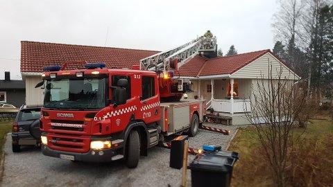 PIPEBRANN: Brannvesenet jobber med å slukke en pipebrann på Måstad i Halden.