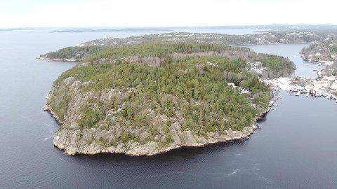 STRØM: En hytteeier på denne øya ønsker strøm fram til hytta si. Dronefoto.