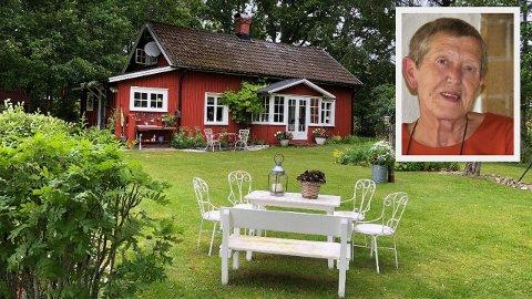 – Siden jeg er pensjonist, går det greit å sitte i karantene. For jeg må reise til Sverge for å stelle i parken vår. Ellers gror parken vår helt igjen, sier Tove Smaadahl.