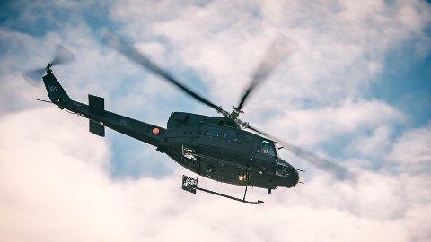 STØY: Du må regne med litt helikopterstøy når Forsvaret øver i Halden i kveld. Her er et Bell 412 helikopter fra Luftforsvaret på NATO-øvelsen Trident Juncture i 2018.