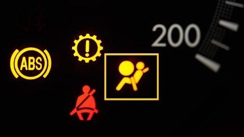 Lyser varsellempen for bilens aibag kan du bare glemme å få den gjennom EU-kontrollen, sier bilekspert Benny Christensen.Foto: Illustrasjonsbilde (Getty Images)