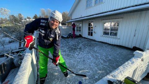 KORT VEI: Christian Øiseth og familien kan snøre på seg skøytene og gå ut verandadøren når de ønsker å teste isen.