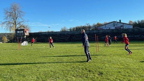 I TISTEDALEN: Her er Norges U23-landslag i aksjon på Tistedal stadion fredag ettermiddag. Haldenser Nils Lexerød er trener for laget.