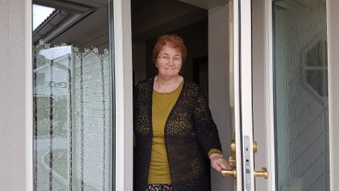 REAGERTE: Ellen Stigum hadde besøk av en selger på døren. Hun likte ikke fremgangsmåten til selgeren.  – Dette er ikke en grei måte å gjøre det på, mener hun.