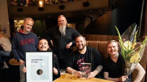Bokassa etter å ha blitt overrasket med årets Bendiksenpris; Foran fra venstre; Olav Dowkes, Jørn Kaarstad og Bård Linga. Bak; Gramarts Ivar S.  Pedersen