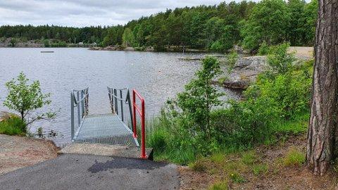 På Kruseter har Halden kommune forlenget rekkverket på rampen som gjør det enklere for rullestolbrukere og andre å komme seg ut i vannet.