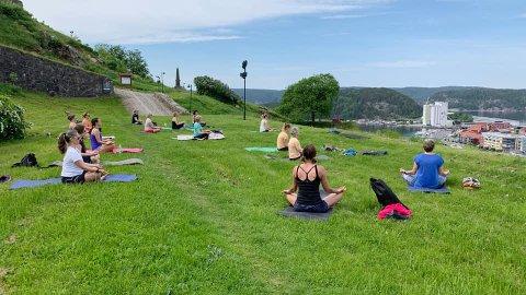 Edna Reyes Malaki tilbyr yogaklasser med utsikt ut over Halden sentrum og fjorden.
