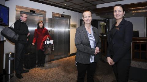 GODT ÅR: Hotelldirektør Trude Grøndahl Oreld og resepsjonist Jurate Skurvydiene tar imot flere gjester enn noensinne. I bakgrunnen er Aksel Norrøne og Anne Kari Kristiansen i ferd med å sjekke ut.