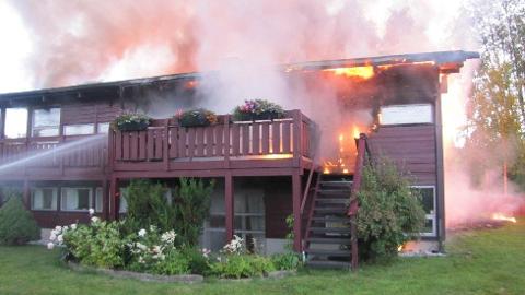 BRANT: Huset til sorenskriver Ola P. Svor brant i Hamar. Politiet tror brannen er påsatt.