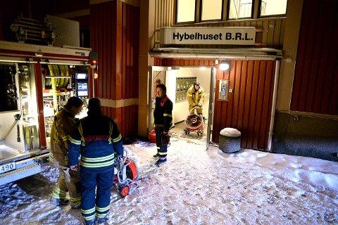 LUFTET UT: Brannvesenet jobbet natt til tirsdag med å lufte ut de røykskadede leilighetene.