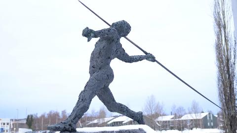 FLYTTES: Denne statuen som i dag står ved Vikingskipet er nå ønsket til nye Børstad Idrettspark, men prisen er stiv.
