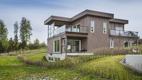 MILLIONVILLA: Denne villaen er ikke solgt etter nesten seks år ute i markedet. Nå har BoligPartner satt ned prisen med 1,5 millioner kroner.