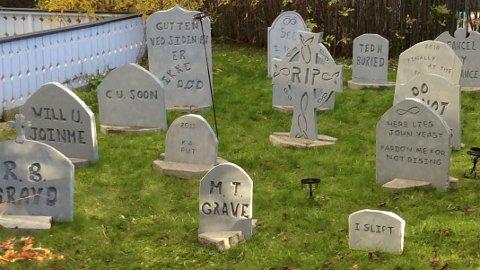 Kirkegård: Denne kirkegården dukker på mystisk vis opp i Ottestad hvert år.