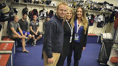 SUKSESS: F.v.: Dima Smirnov, Hannah Brun og Ina Taasaasen sørger for at folk kan få et innblikk i hva som skjer rundt Storhamar Hockey utenfor isen også. Begge foto: Marthe Stenberg