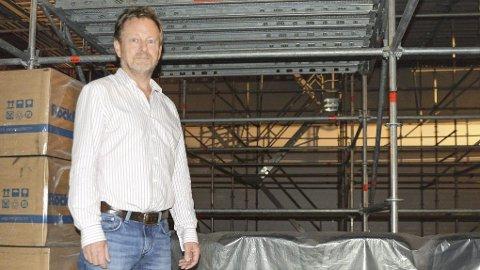 STOR OPPGRADERING: Kinosjef Espen Jørgensen gleder seg til 55 nye høyttalere er på plass i sal 1.