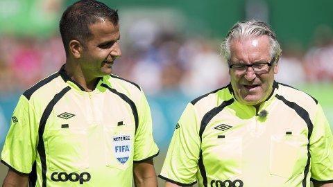 DOMMERE: Svein-Erik Edvartsen og Davy Wathne (t.h.) dømte kjendiskampen under Norway Cup på Ekebergsletta onsdag.