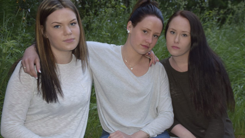 STØTTER HVERANDRE: Thea Nyland Tamburstuen, Ida Berg og Vilde Wilhelmsen har hatt noen tøffe dager etter at de mistet bestevenninnen Charlotte i den tragiske bilulykken i Hernes.