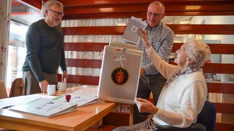 FØRST: Alfhild Øxseth var først til å stemme da Kjell Weding (t.v.) og Tore Edvardsen åpnet valglokalet på Løten Helsetun onsdag.