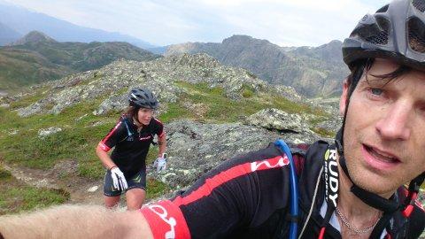 HARDT: – Adventur Racing er naturopplevelser og sport. Her er paret Jacob Westerberg og Helén Persson i ferd med å nå en fjelltopp.
