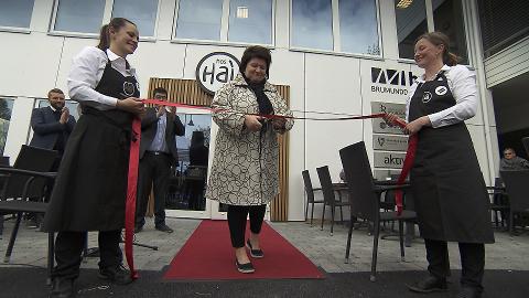 ÅPNINGEN: Ringsaker-ordfører Anita Ihle-Steen klipper båndet på Hos Hai-restauranten.