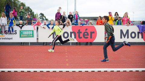 OPPLØPET: Andreas Wangen og Shiar  Khalil Darwish på oppløpet under stafetten.