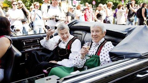 PAR: Wenche Lowzow (til høyre) fotografert sammen med livsledsageren Kim Friele under Skeive Dager i 2010. Wenche døde for et år siden.